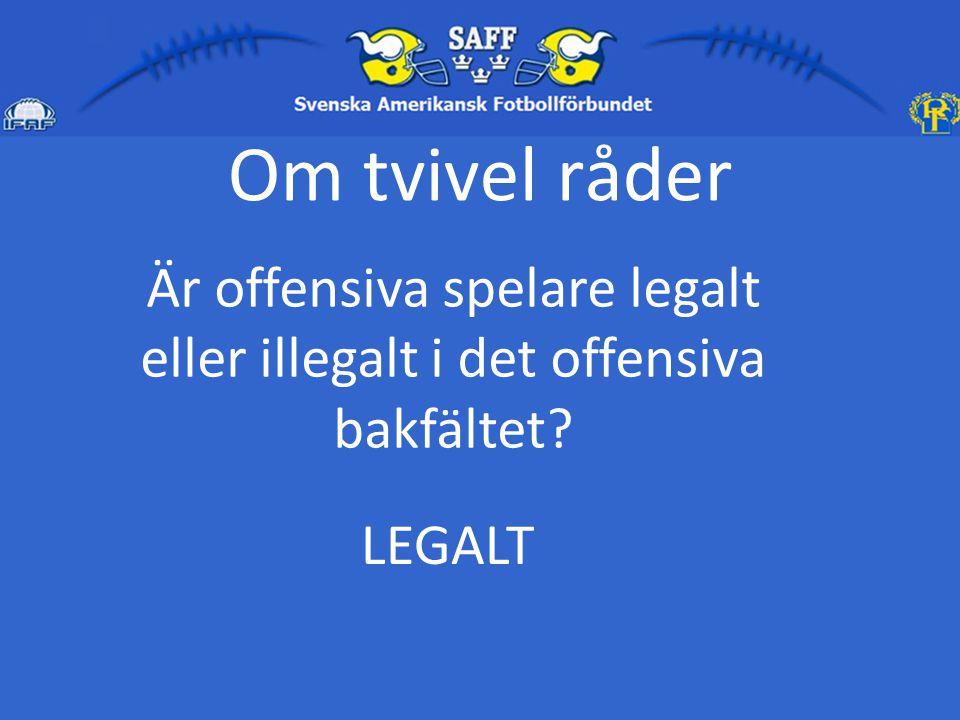 Är offensiva spelare legalt eller illegalt i det offensiva bakfältet