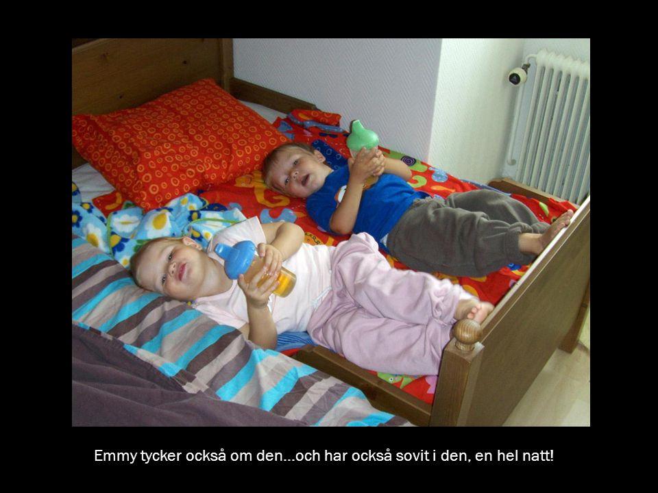 Emmy tycker också om den...och har också sovit i den, en hel natt!