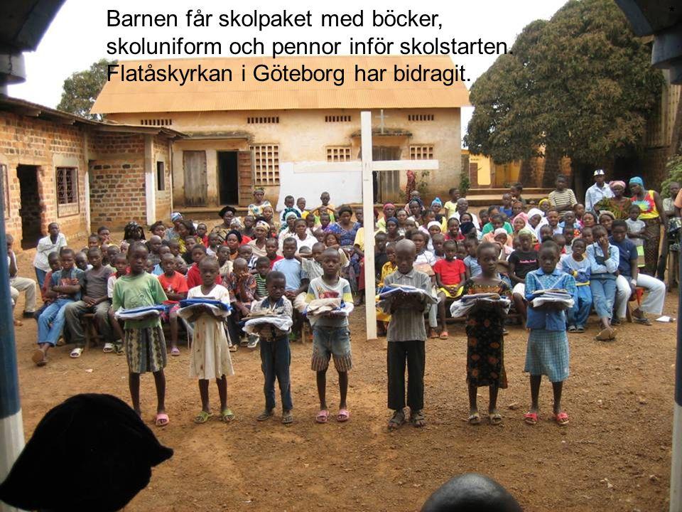 Barnen får skolpaket med böcker, skoluniform och pennor inför skolstarten. Flatåskyrkan i Göteborg har bidragit.