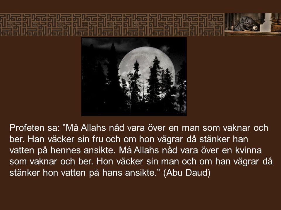 Profeten sa: Må Allahs nåd vara över en man som vaknar och ber