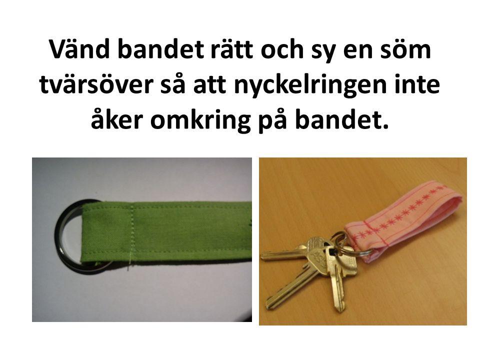 Vänd bandet rätt och sy en söm tvärsöver så att nyckelringen inte åker omkring på bandet.