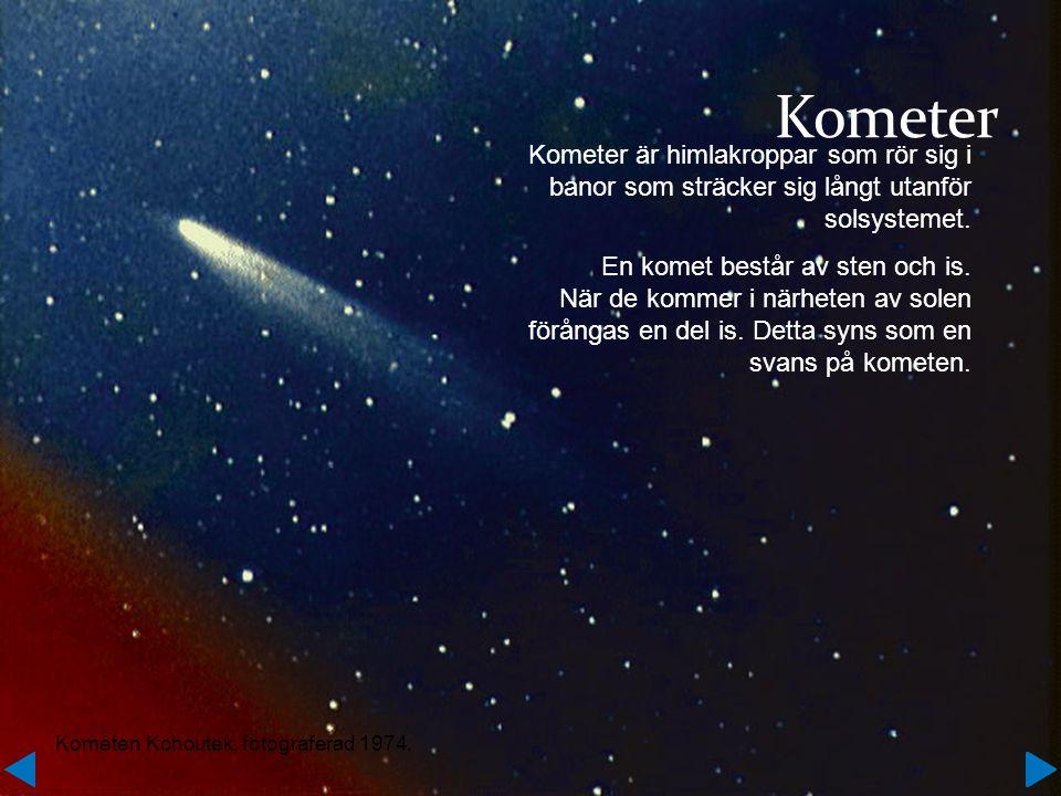 Kometer Kometer är himlakroppar som rör sig i banor som sträcker sig långt utanför solsystemet.
