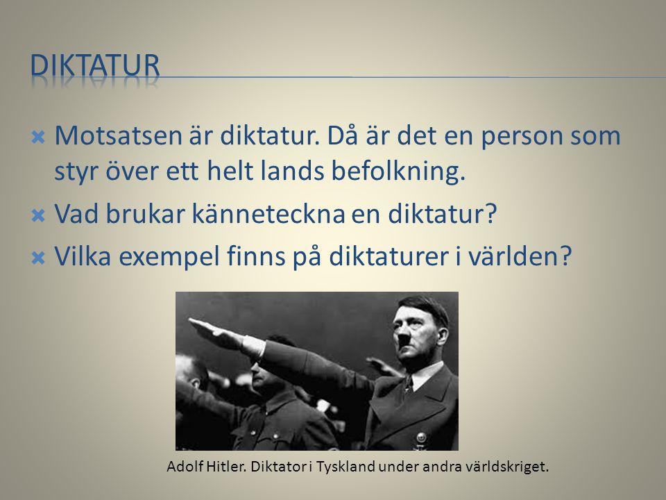 Diktatur Motsatsen är diktatur. Då är det en person som styr över ett helt lands befolkning. Vad brukar känneteckna en diktatur