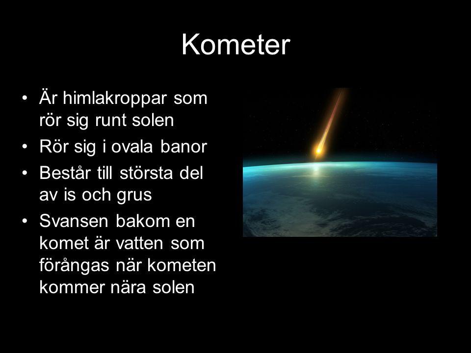Kometer Är himlakroppar som rör sig runt solen Rör sig i ovala banor