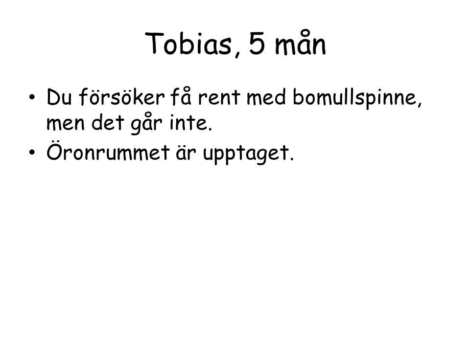 Tobias, 5 mån Du försöker få rent med bomullspinne, men det går inte.