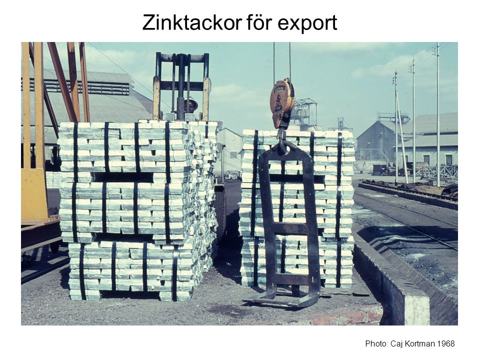 Zinktackor för export Här är zinktackor färdiga för export per järnväg. Photo: Caj Kortman 1968